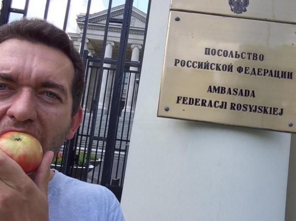 """Поляки влаштували флешмоб """"З'їж яблуко проти Путіна!"""" 2"""