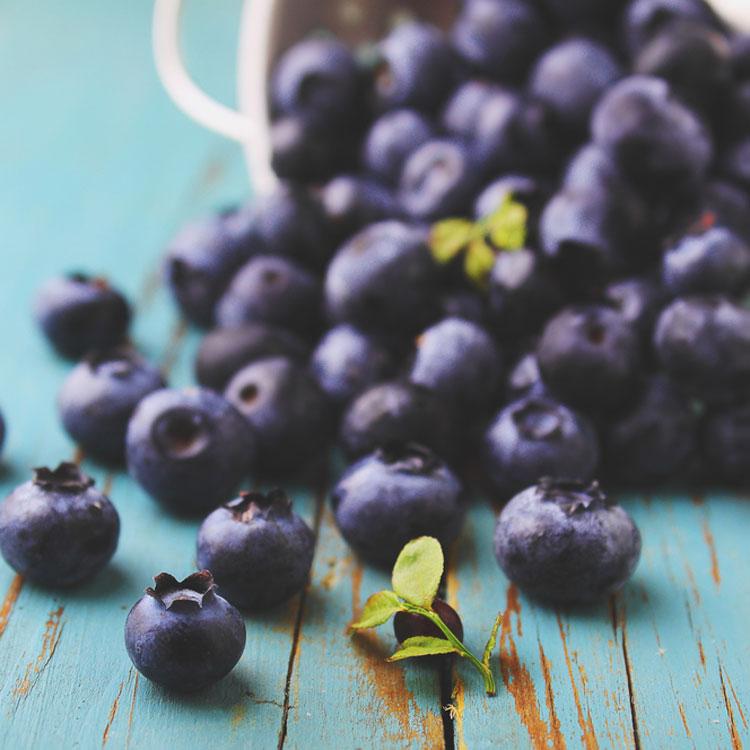 Що з'їсти, аби уникнути болю в спині тим, хто часто сидить за столом – 7 продуктів