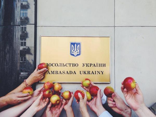 """Поляки влаштували флешмоб """"З'їж яблуко проти Путіна!"""" 6"""